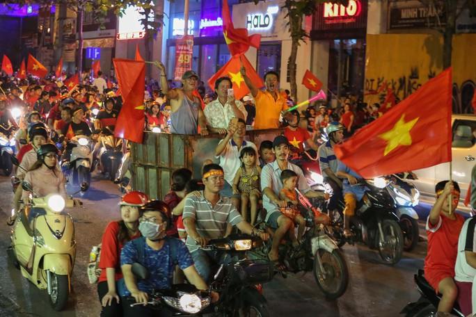 TP HCM trắng đêm mừng tuyển Việt Nam vô địch AFF Cup - Ảnh 13.