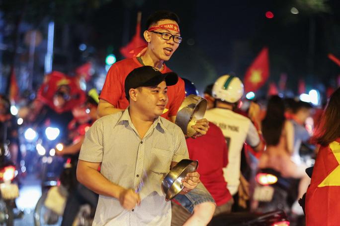 TP HCM trắng đêm mừng tuyển Việt Nam vô địch AFF Cup - Ảnh 5.
