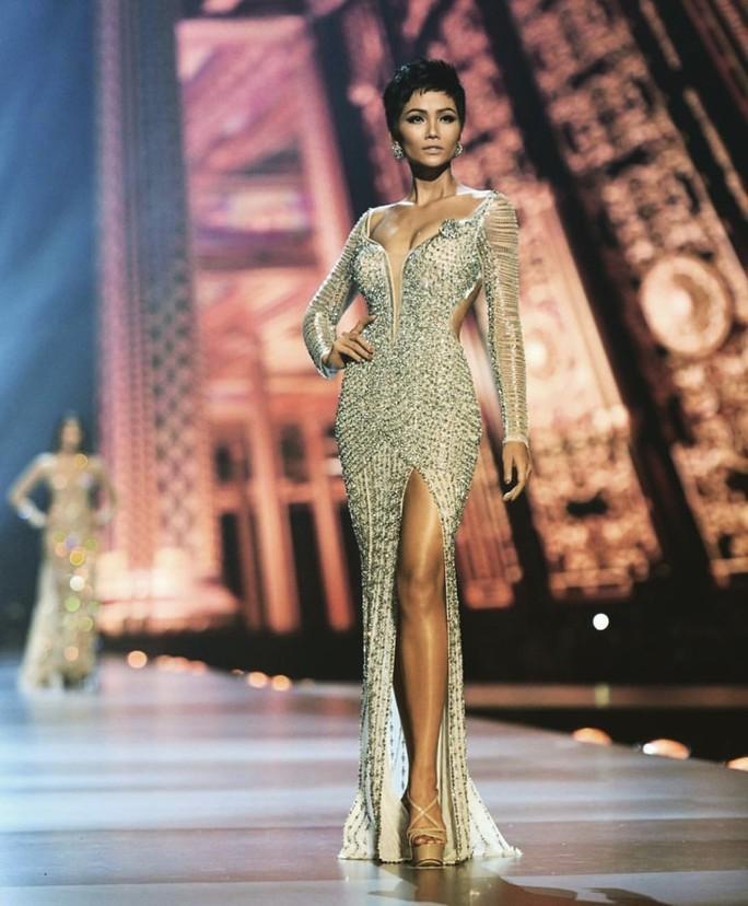 Chiếc váy ấn tượng của H'hen Niê đính hơn 3.000 viên đá quí - Ảnh 3.