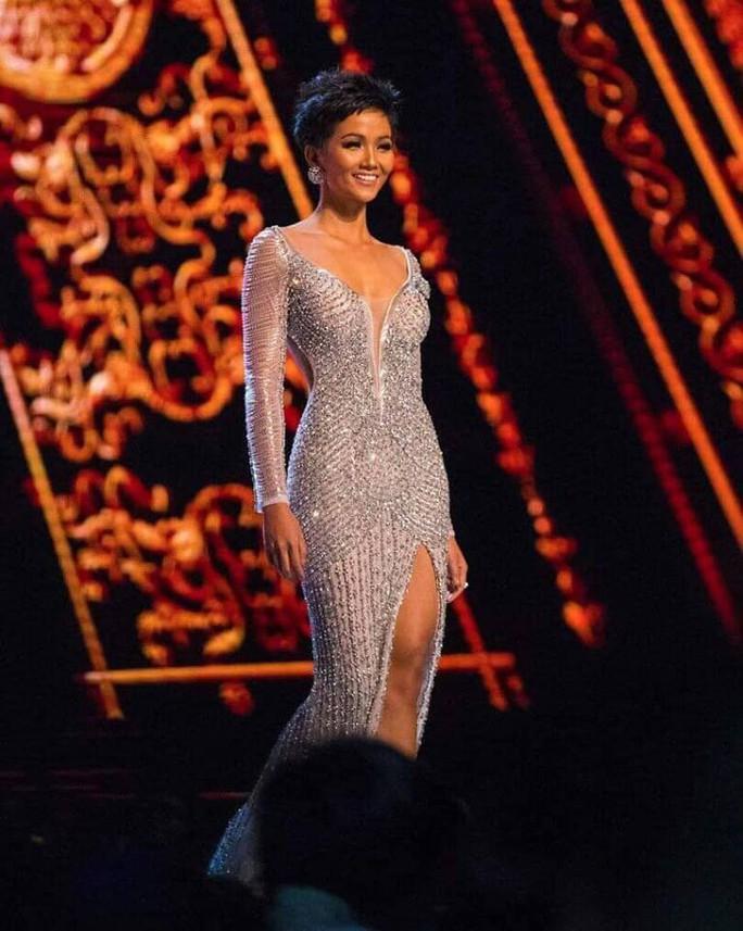 Chiếc váy ấn tượng của H'hen Niê đính hơn 3.000 viên đá quí - Ảnh 1.