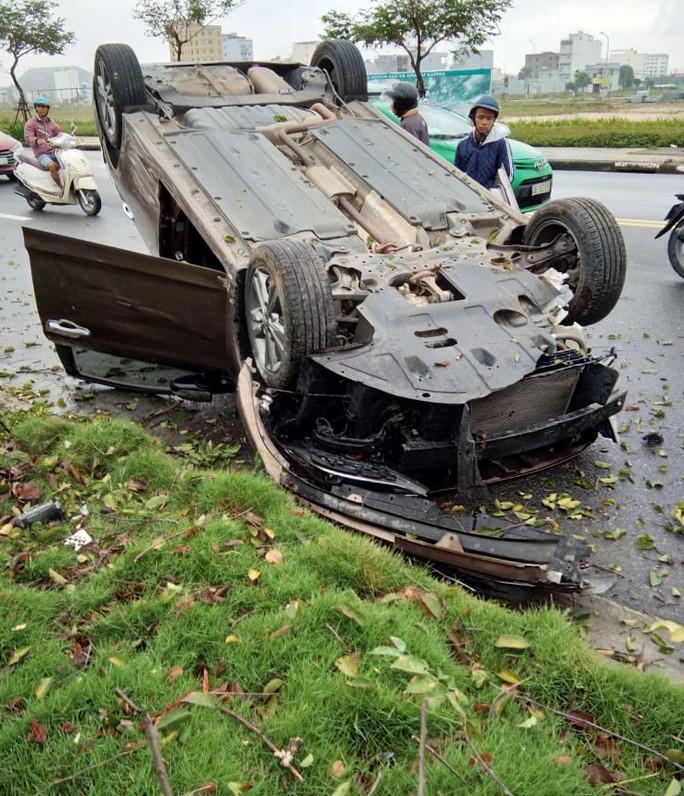 Ô tô mất lái bị lật, tài xế đạp cửa thoát thân - Ảnh 2.