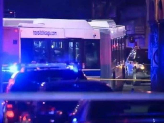 Mỹ: Truy đuổi nghi phạm xả súng, hai cảnh sát bị tàu hỏa tông chết - Ảnh 1.