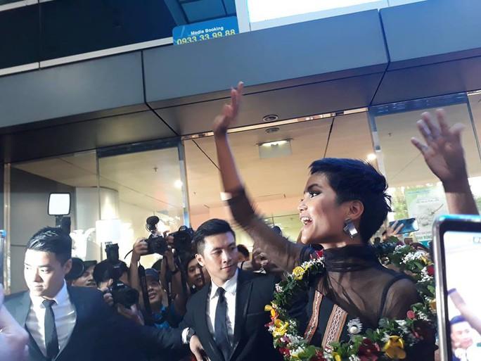 HHen Niê với ngày về rạng ngời sau khi vào tốp 5 Hoa hậu hoàn vũ thế giới  - Ảnh 1.