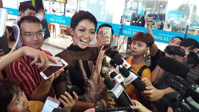 HHen Niê với ngày về rạng ngời sau khi vào tốp 5 Hoa hậu hoàn vũ thế giới  - Ảnh 8.