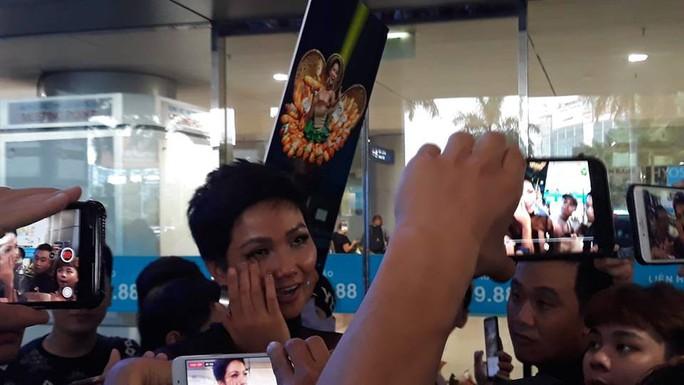 HHen Niê với ngày về rạng ngời sau khi vào tốp 5 Hoa hậu hoàn vũ thế giới  - Ảnh 3.