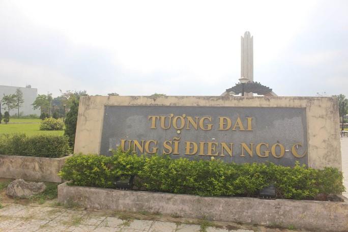 Bảng tên tượng đài bị rớt chữ - Ảnh 1.