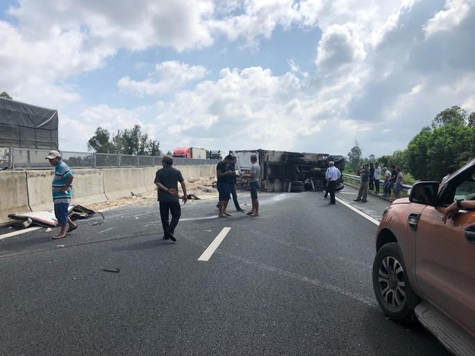 Xe đông lạnh nổ lốp, lật trên đường cao tốc Đà Nẵng – Quảng Ngãi - Ảnh 4.