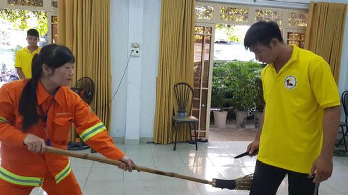 Dạy kỹ năng tự vệ cho công nhân vệ sinh - Ảnh 1.