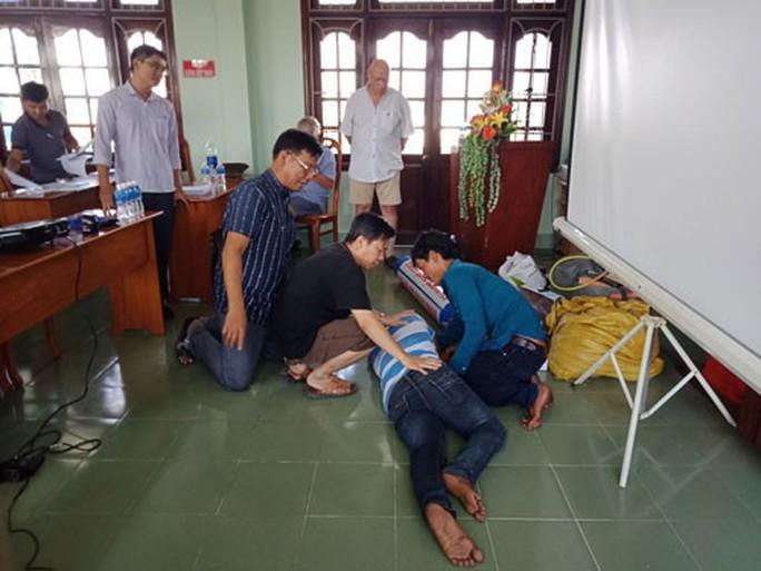 TAI NẠN LAO ĐỘNG KHÔNG CHỪA NGƯ DÂN: Ngư dân đi học - Ảnh 1.