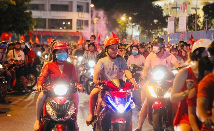 CĐV tại TP HCM đốt pháo sáng ăn mừng chiến thắng của tuyển Việt Nam - Ảnh 14.