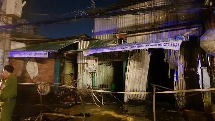 Căn nhà trọ ở Bình Tân cháy dữ dội, cô gái 18 tuổi không kịp thoát - Ảnh 1.
