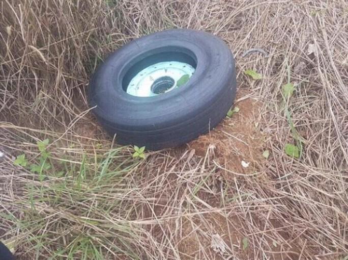 Đã tìm thấy chiếc lốp còn lại của máy bay gặp sự cố - Ảnh 1.