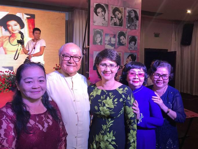 Nhiều nghệ sĩ mang hoa hồng dự giỗ thứ 40 NSƯT Thanh Nga - Ảnh 5.
