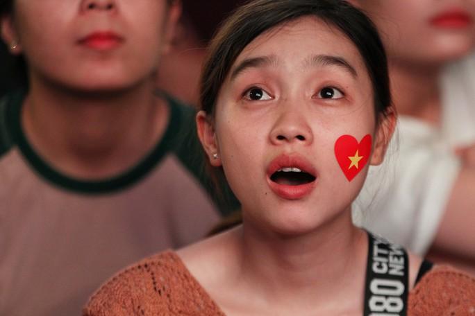 CĐV tại TP HCM đốt pháo sáng ăn mừng chiến thắng của tuyển Việt Nam - Ảnh 7.