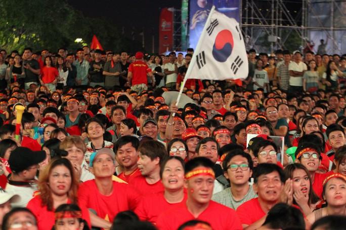 CĐV tại TP HCM đốt pháo sáng ăn mừng chiến thắng của tuyển Việt Nam - Ảnh 4.