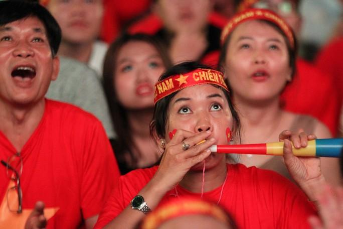 CĐV tại TP HCM đốt pháo sáng ăn mừng chiến thắng của tuyển Việt Nam - Ảnh 2.