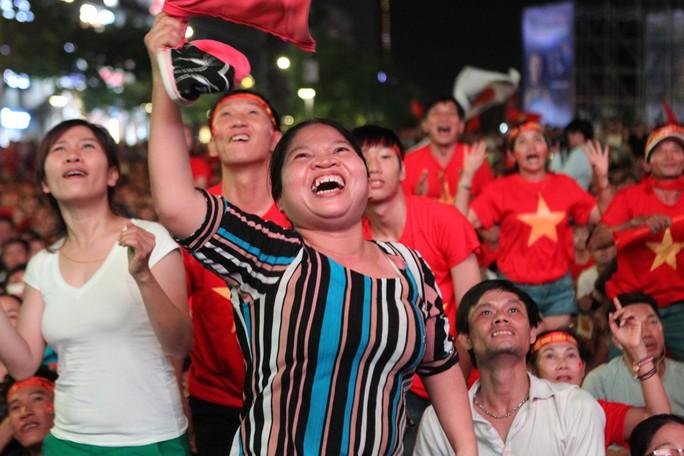 CĐV tại TP HCM đốt pháo sáng ăn mừng chiến thắng của tuyển Việt Nam - Ảnh 3.