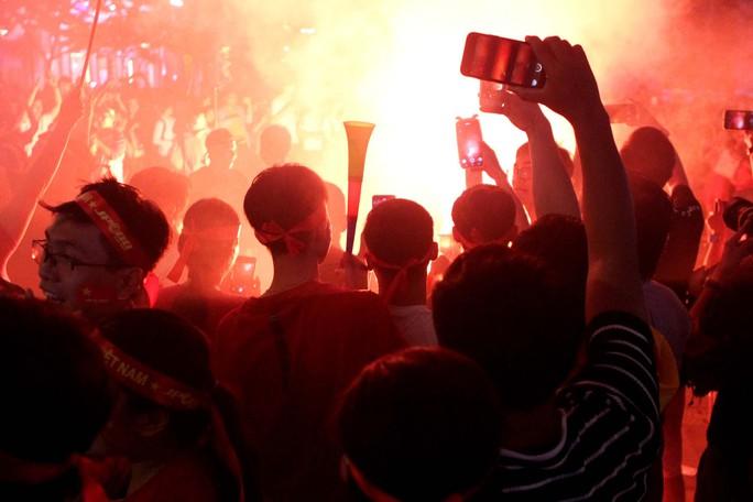 CĐV tại TP HCM đốt pháo sáng ăn mừng chiến thắng của tuyển Việt Nam - Ảnh 11.