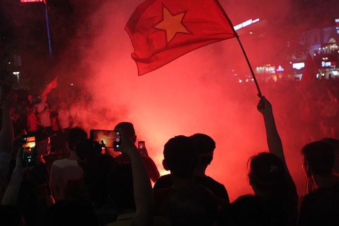 CĐV tại TP HCM đốt pháo sáng ăn mừng chiến thắng của tuyển Việt Nam - Ảnh 12.