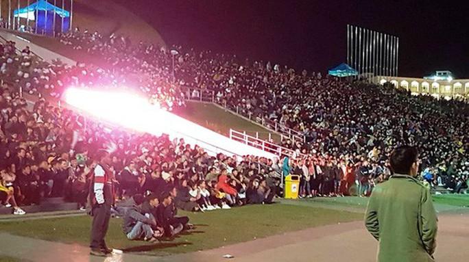 CĐV tại TP HCM đốt pháo sáng ăn mừng chiến thắng của tuyển Việt Nam - Ảnh 18.