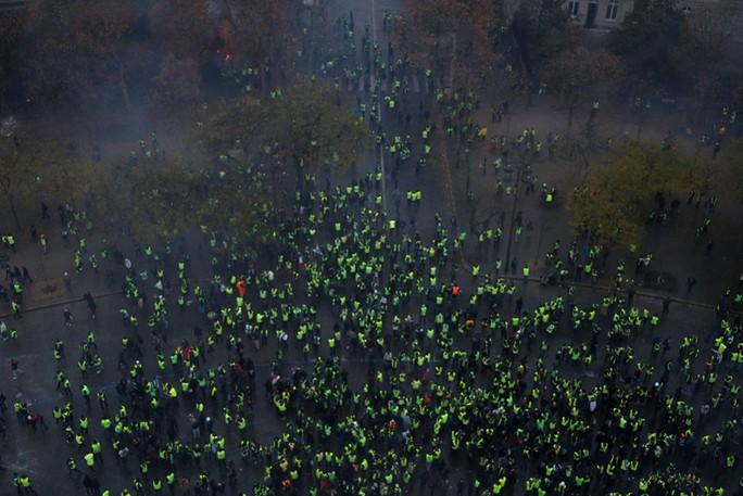 """Bạo loạn """"áo ghi-lê vàng"""": Không còn nhận ra trung tâm Paris! - Ảnh 2."""