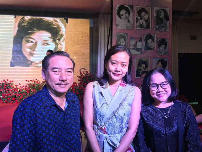 Nhiều nghệ sĩ mang hoa hồng dự giỗ thứ 40 NSƯT Thanh Nga - Ảnh 7.