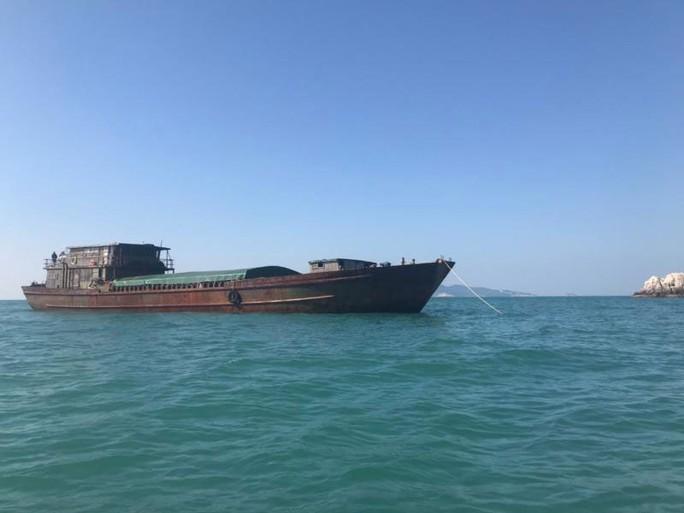 Gần 500 tấn hàng bị giữ ngoài biển, doanh nghiệp kêu cứu - Ảnh 1.