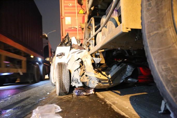 Tai nạn liên hoàn trên cầu Phú Mỹ, một ôtô bị vò nát - Ảnh 1.