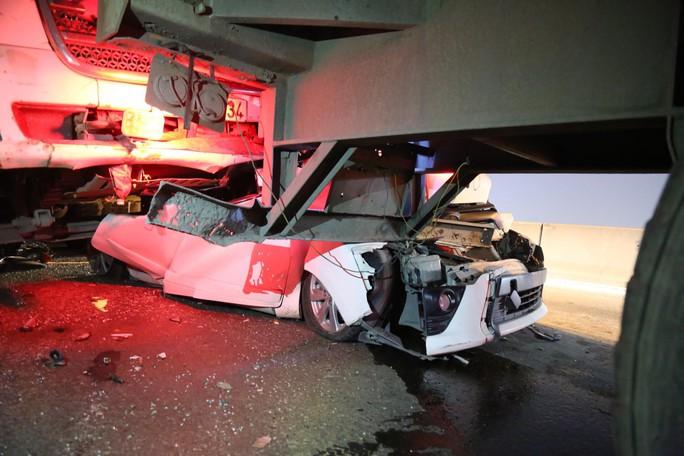 Tai nạn liên hoàn trên cầu Phú Mỹ, một ôtô bị vò nát - Ảnh 2.