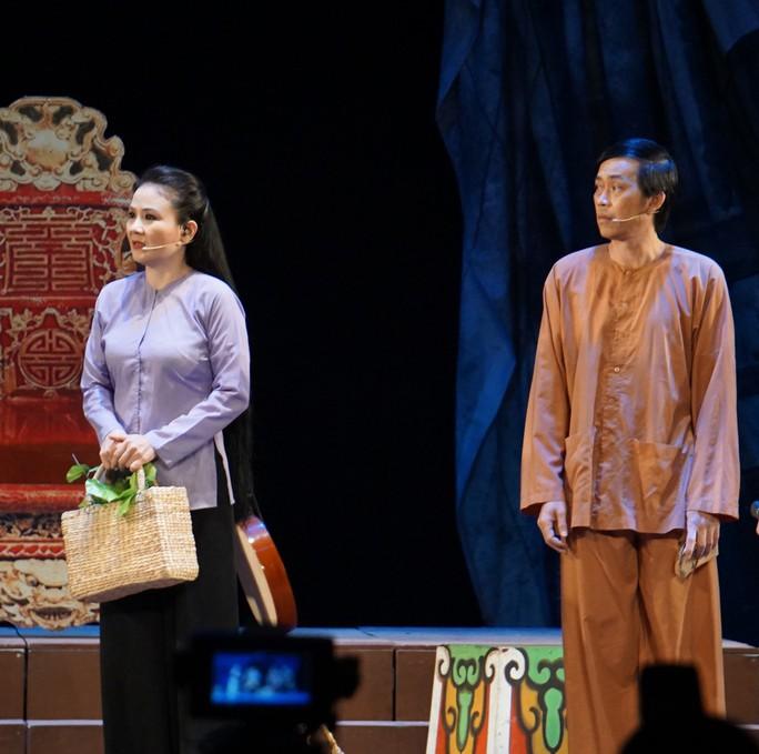 Hoài Linh khiến khán giả khóc, cười với Giấc mộng đêm xuân - Ảnh 4.