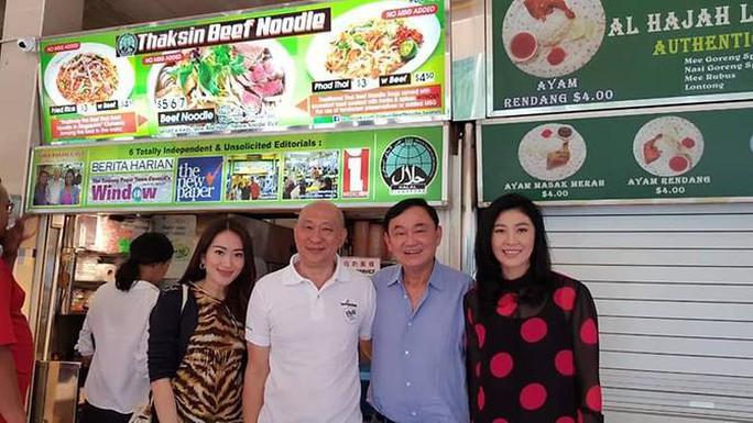 Rộ ảnh anh em bà Yingluck ăn mì Thaksin ở Singapore - Ảnh 1.