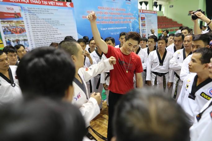 Buổi ra mắt nóng bỏng của Lý Tiểu Long Hàn Quốc tại Việt Nam - Ảnh 3.