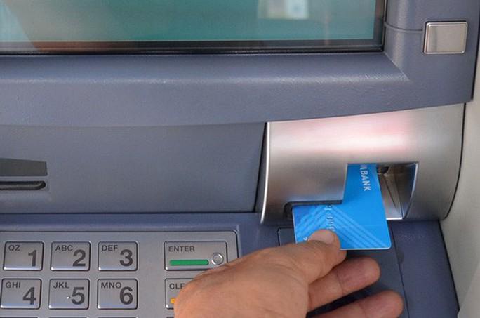 Sắp có thẻ ATM gắn chip đầu tiên ở Việt Nam - Ảnh 1.