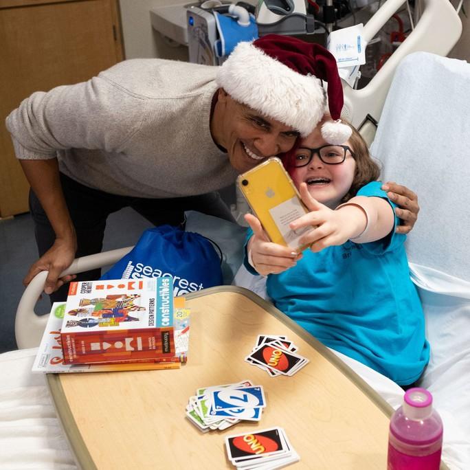 """""""Ông già Noel"""" Obama đội mũ đỏ, khệ nệ vác túi quà to - Ảnh 4."""