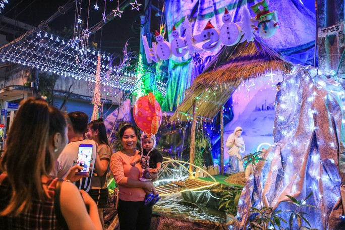 Hang đá khổng lồ, cây thông Giáng sinh rực rỡ đón Noel - Ảnh 6.