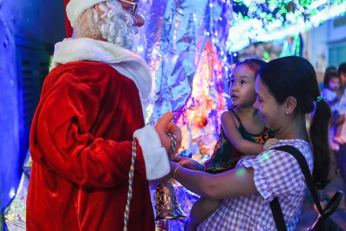Hang đá khổng lồ, cây thông Giáng sinh rực rỡ đón Noel - Ảnh 14.