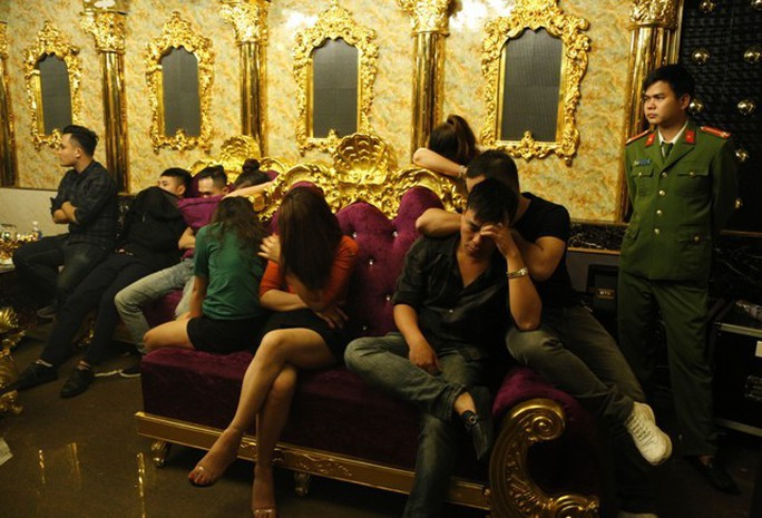 Cán bộ ngân hàng, giáo dục bay, lắc trong tiệc ma túy ở quán karaoke - Ảnh 2.
