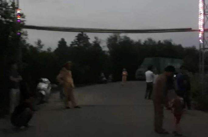 Dân chặn đoàn xe nghi chở hóa chất độc hại vào nhà máy - Ảnh 3.