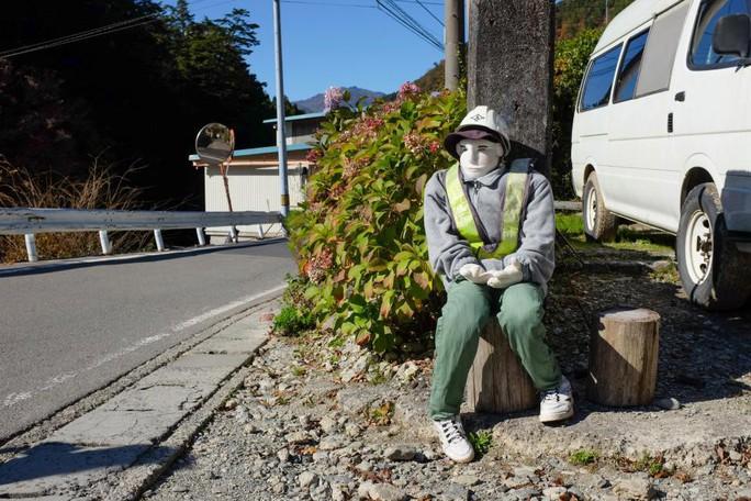 """""""Rùng mình"""" với ngôi làng làm búp bê thế chỗ người chết ở Nhật - Ảnh 19."""