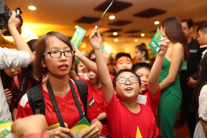 Quang Hải nhận Quả bóng vàng trong hạnh phúc - Ảnh 1.