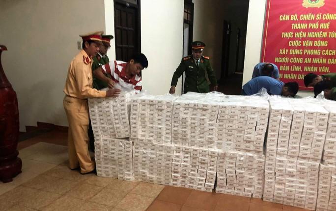 Chở thuê 15.000 gói thuốc lá lậu cho người không rõ lai lịch - Ảnh 1.
