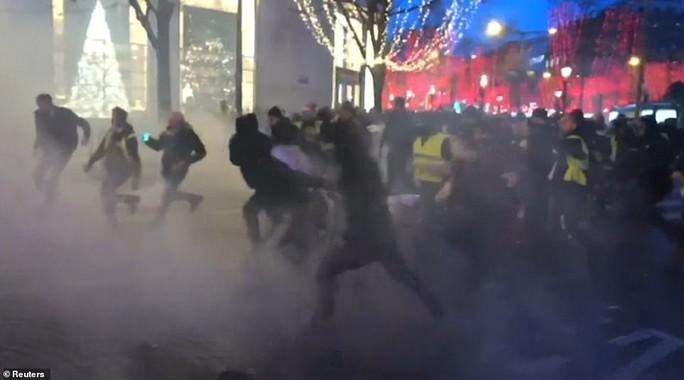 Pháp: Biểu tình áo ghi-lê vàng tiếp tục bùng cháy, số người chết tăng - Ảnh 1.