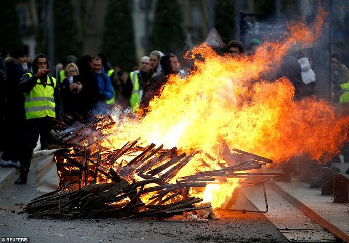 Pháp: Biểu tình áo ghi-lê vàng tiếp tục bùng cháy, số người chết tăng - Ảnh 2.