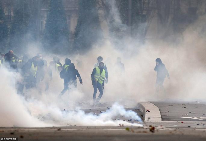 Pháp: Biểu tình áo ghi-lê vàng tiếp tục bùng cháy, số người chết tăng - Ảnh 3.