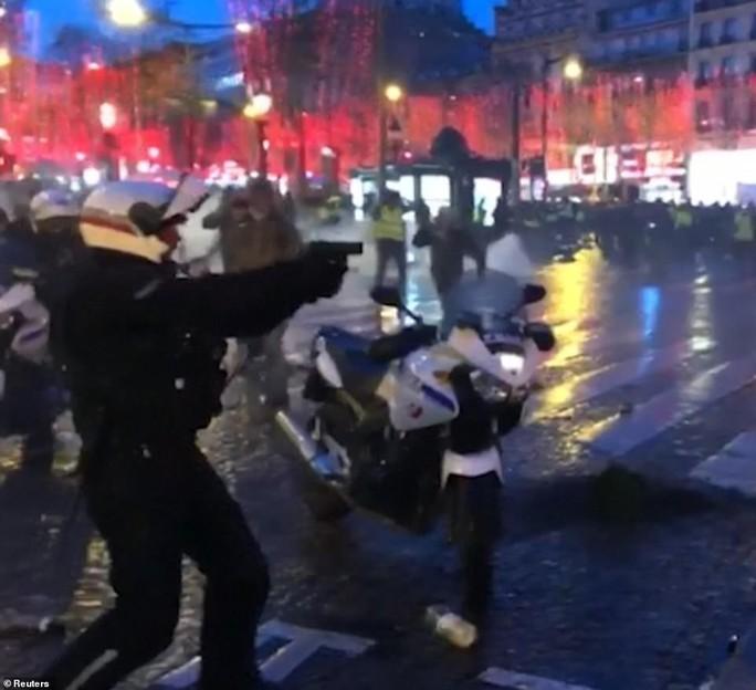Pháp: Biểu tình áo ghi-lê vàng tiếp tục bùng cháy, số người chết tăng - Ảnh 5.