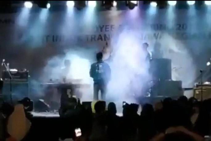 Indonesia: Sóng thần cuốn trôi nhóm nhạc nổi tiếng khi đang biểu diễn - Ảnh 1.