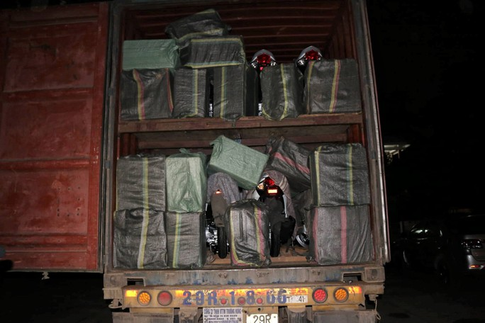 Giấu hơn 40.000 gói thuốc lá ngoại trên xe container - Ảnh 1.