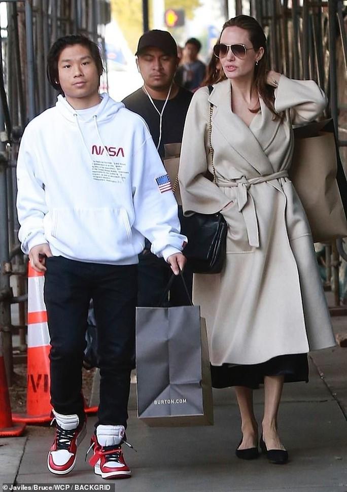 Pax Thiên rạng rỡ bên mẹ nuôi Angelina Jolie - Ảnh 2.