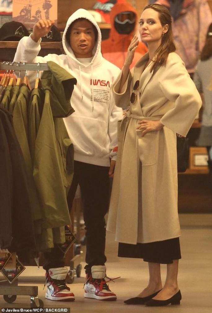 Pax Thiên rạng rỡ bên mẹ nuôi Angelina Jolie - Ảnh 1.