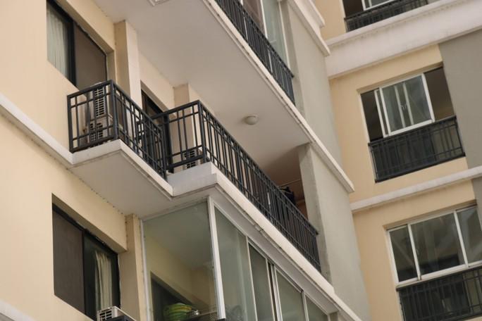 Hiểm họa từ lan can chung cư cao tầng - Ảnh 1.